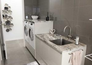 Huge-Kitchen-appliance-cabinet9